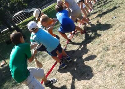 Dzieci przeciągają linę