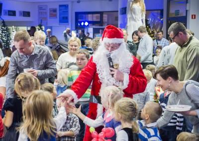 Wizyta Świętego Mikołaja podczas choinki