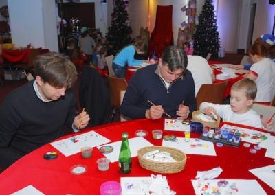 Rodzice i dzieci malują figurki gipsowe