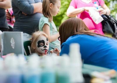 Animator malujący twarz dziecka