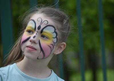 Motyl namalowany na twarzy