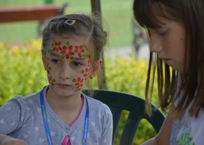 Malowanie twarzy podczas animacji dla dzieci